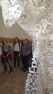 תלמידי מגמת אמנות מבקרים בביאנלה לאמנות יהודית עכשווית בירושלים